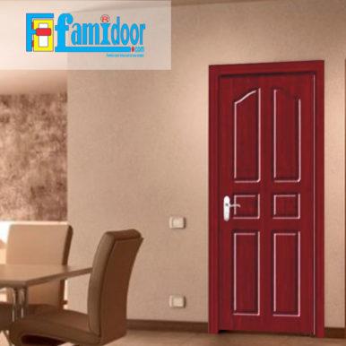 Cửa gỗ cao cấp PVC 1002 ở Showroom Famidoor được phủ một lớp nhựa PVC cao cấp vân gỗ trên bề mặt