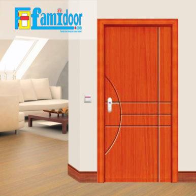 Cửa gỗ cao cấp PVC 1055 ở Showroom Famidoor được phủ một lớp nhựa PVC cao cấp vân gỗ trên bề mặt.