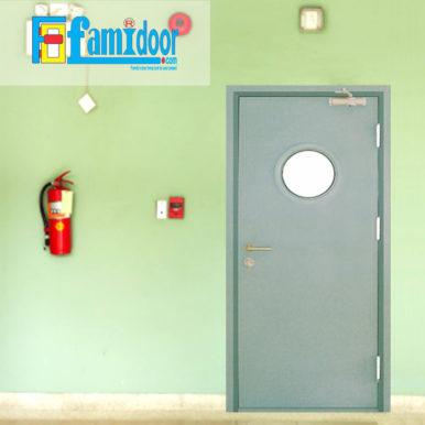 Cửa thép chống cháy TCC-P1GO ở Showroom Famidoor thường được làm từ vật liệu thép chất lượng cao. Cửa thép chống cháy có khả năng chịu nhiệt tốt để có thể chịu đựng trong môi trường có nhiệt độ cao khi hỏa hoạn xảy ra.