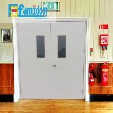 Cửa thép chống cháy TCC-P3G2 ở Showroom Famidoor thường được làm từ vật liệu thép chất lượng cao. Cửa thép chống cháy có khả năng chịu nhiệt tốt để có thể chịu đựng trong môi trường có nhiệt độ cao khi hỏa hoạn xảy ra.